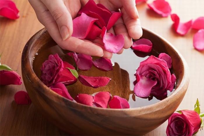 5 công dụng của nước hoa hồng đối với sắc đẹp phụ nữ